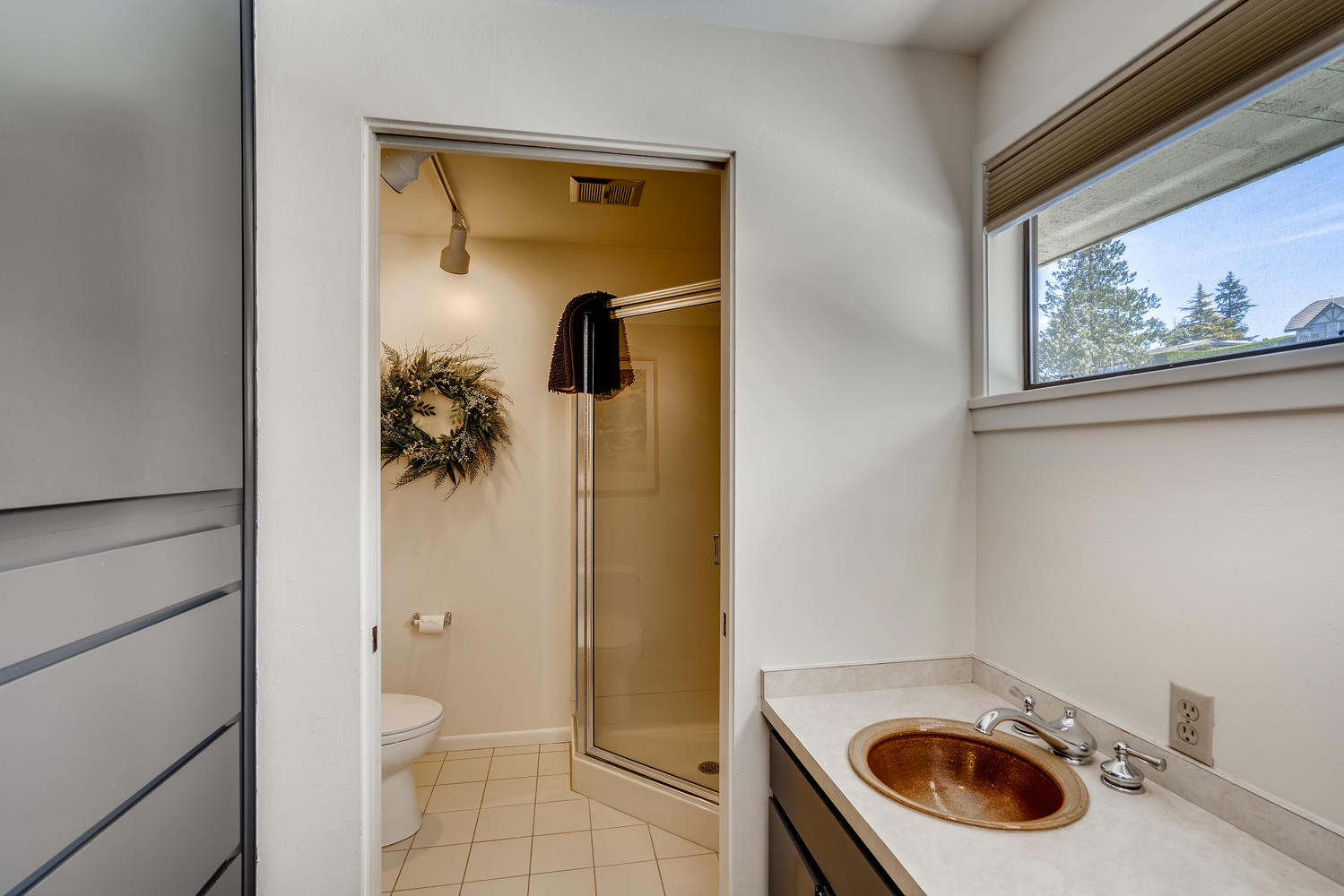 615 12th Ave N Edmonds WA-large-016-010-2nd Floor Bathroom-1499×1000-72dpi