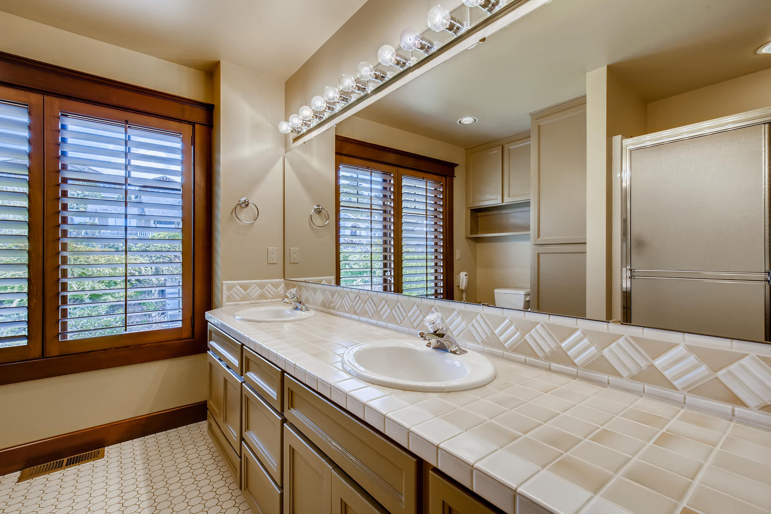 8412 Naketa Ln Mukilteo WA-large-020-021-2nd Floor Bathroom-1500×1000-72dpi